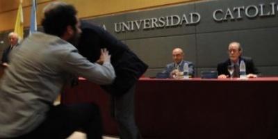 Domingo Cavallo fue atacado a huevazos y repudiado durante una conferencia en la UCA
