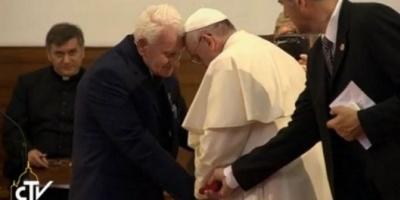 La historia de un sacerdote condenado a muerte que hizo llorar al Papa Francisco en Albania