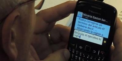 Chubut: un legislador fue fotografiado cuando recibía instrucciones del gerente de una minera por celular