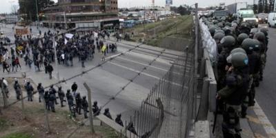 Batalla campal en la Panamericana entre choferes de la línea 60 y Gendarmería