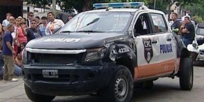 Un patrullero de contramano rozó una camioneta, que atropelló y mató a una mujer
