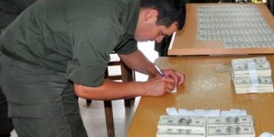 Detuvieron a un peruano con más de 300 mil dólares falsos