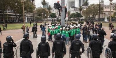 Detuvieron a 35 activistas de Greenpeace por una protesta frente a la Casa Rosada