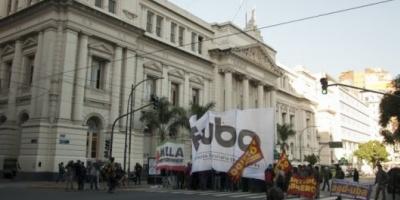 """Crisis presupuestaria en la UBA: los decanos dicen que viven """"al día"""" y los docentes están de paro"""