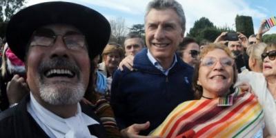 """Al grito de """"¡Viva la Patria!"""", Mauricio Macri recibió a los invitados a comer locro en la Quinta de Olivos"""