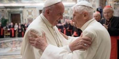 """El papa Francisco homenajeó a Benedicto XVI tras la polémica por """"los dos papas"""""""