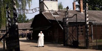 """El Papa recorrió Auschwitz, estuvo con sobrevivientes y pidió """"perdón por tanta crueldad"""""""