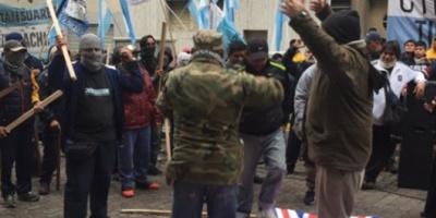 Con una quema de banderas, Quebracho protestó frente a la embajada británica