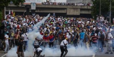 Venezolanos votan masivamente en plebiscito contra Maduro, a pesar de un ataque armado en el oeste de Caracas