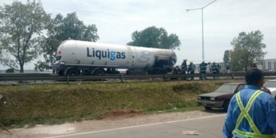 Chocó y explotó un camión de gas butano en la Panamericana: dos muertos