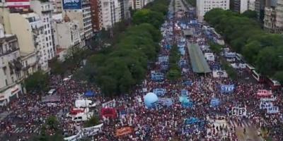 Organizaciones sociales marchan en contra de la reforma previsional en el centro porteño