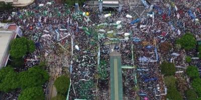 Con una multitudinaria marcha, gremios plantearon sus reclamos a Macri