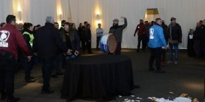 Militantes de izquierda causaron disturbios en una reunión del INTI