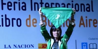 Buscan censurar a la escritora Claudia Piñeiro por su apoyo a la legalización del aborto