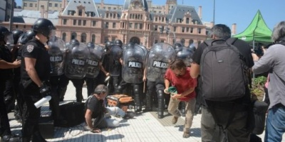 """La Policía de la ciudad de Buenos Aires impidió un """"verdurazo"""" en Plaza Constitución y hubo incidentes"""