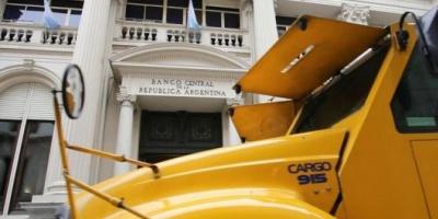 La salida neta de dólares de la Argentina se duplicó en agosto, sumó USD 5.909 millones