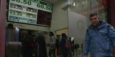 """Se amplió la brecha del dólar: el """"contado con liqui"""" marcó un récord y alcanzó los 75 pesos"""