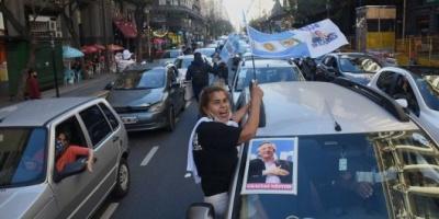 Con una caravana de autos, homenajearon a Néstor Kirchner en Plaza de Mayo