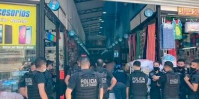 Volvieron a allanar el shopping de celulares robados en Balvanera: diez detenidos y más de 300 teléfonos secuestrados